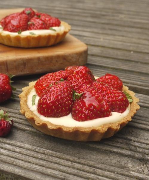 Strawberry pimms tarts